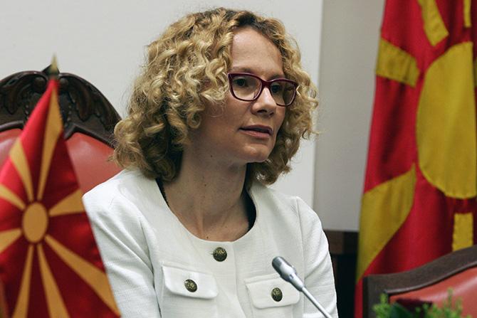 Стоилковски до Шекеринска: Дали наутро поздравувате знаме на Аризона или на Македонија?
