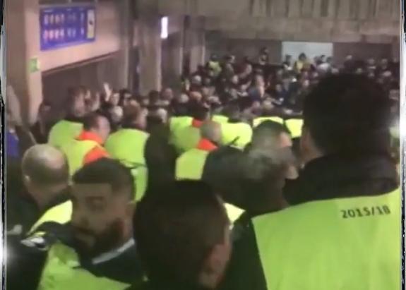 """Хаос во Барселона: Редарите тепаа деца на """"Камп Ноу"""" (ВИДЕО)"""