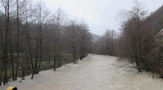 Mожни излевања: Поројните врнежи ќе ги зголемат нивоата на реките