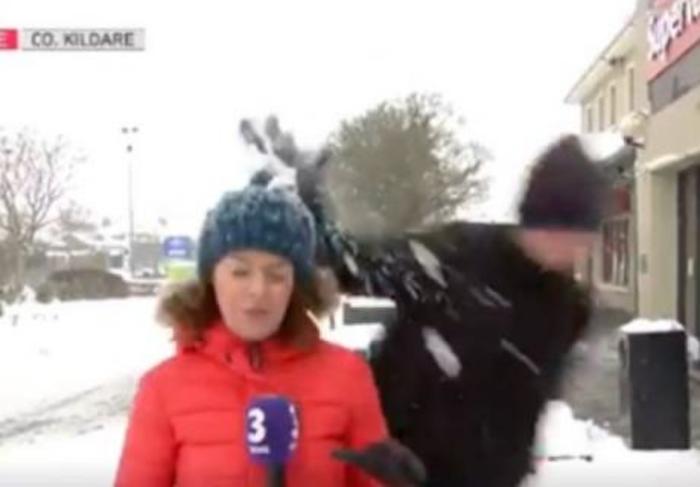 Ја удри со грутка снег за време на пренос во живо: Реакцијата на репортерката е уникатна (ВИДЕО)