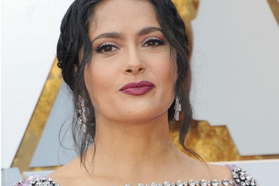 Селма е најлошо облечена на Оскарите: Фустанот чини над 4 милиони долари, а изгледа како грд кристален лустер (ФОТО)