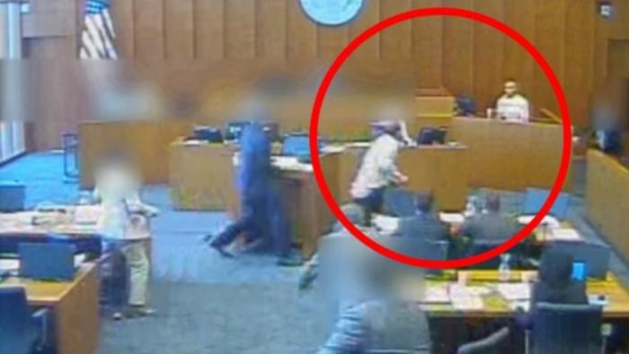 ВИДЕО: Член на банда со пенкало се обиде да убие сведок среде судење
