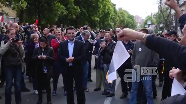 ВМРО-ДПМНЕ: СДСМ го достигна врвот на лицемерието, Заев аплаудираше кога се палеа фотографии од претседателот Иванов (ВИДЕО)