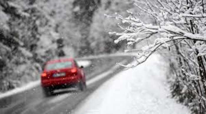 Сообраќајот по влажни коловози, слаб снег на Попова Шапка