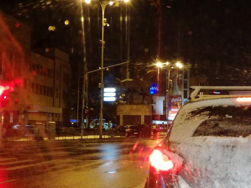 Сообраќајка во Центар: Автомобил влета во оградата на Собрание