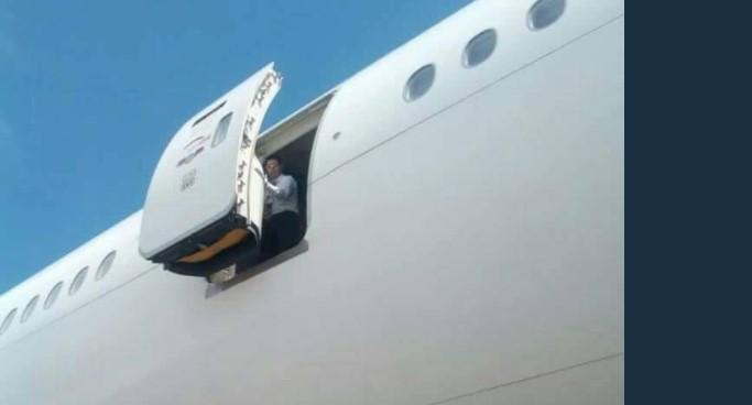 Стјуардеса падна од авион додека ги подготвувала патниците за лет (вознемирувачко фото)