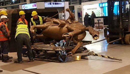 По буквите, тргната и статуата на Александар Македонски од скопскиот аеродром (ФОТО)