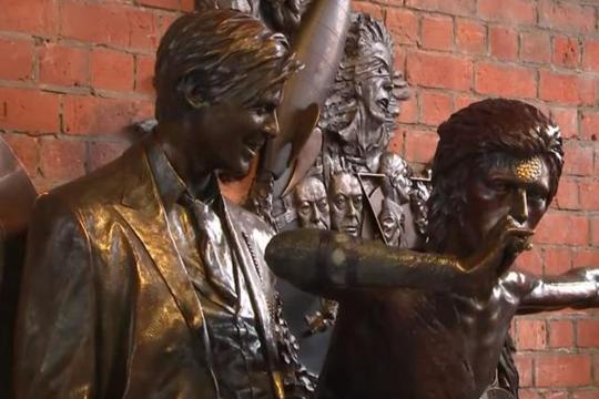 Откриена првата статуа на Дејвид Боуви