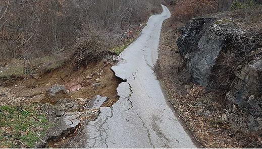 Вимателно возете: Свлечиште на патот Гостивар-Кичево кај Тајмиште