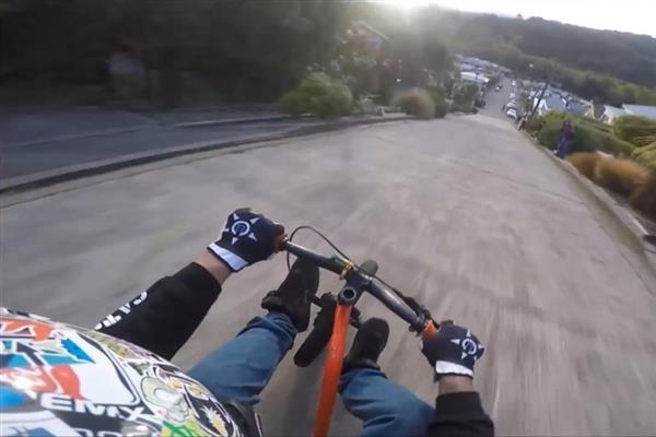 ВИДЕО: Овие момчиња си играат со смртта, вакво лудо возење не сте виделе досега
