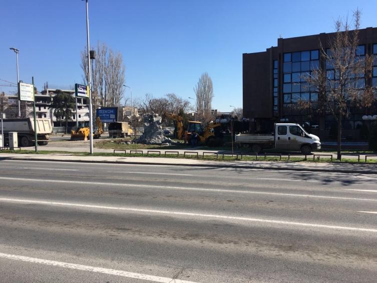 Власта продолжува со уривање: Се срамнува со земја и постаментот пред Врховниот суд (ФОТО)