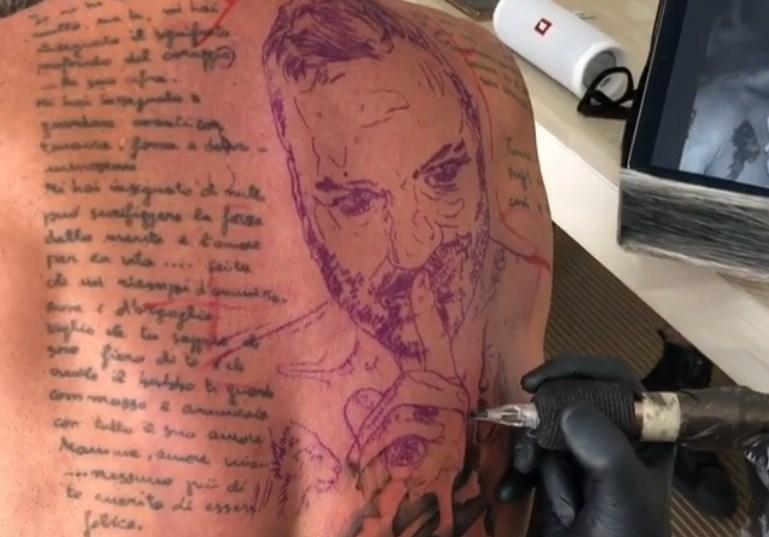 ВИДЕО: Милионер си го истетовира сопствениот лик на грбот