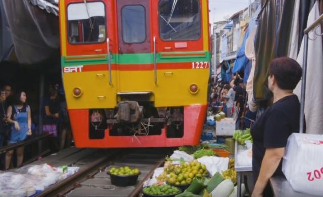 Пруга среде пазар: Секој ден меѓу тезгите минува воз (ВИДЕО)