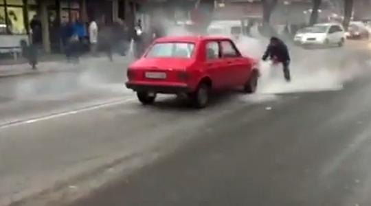 ФОТО: Возило во движење се запали во Чаир