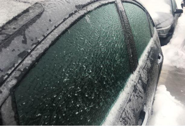 ФОТО: Замрзнат дожд во Гостивар, возачите и учениците на мака