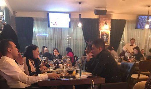 ФОТО: Премиерот не ги почитува законите што ги носи, пуши во ресторан