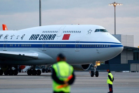 Драма во авион: Патник грабнал стјуардеса како заложник, авионот принудно слетал