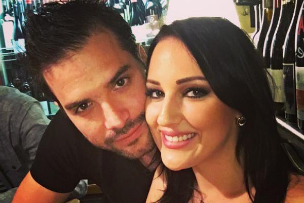 Бебето само што не пристигнало: Александра Пријовиќ уловена среде улица со сопругот во деветтиот месец од бременоста (ФОТО)