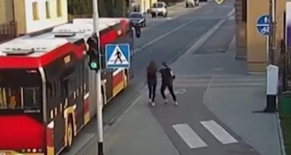 Секунди ја делеа од смрт: Тинејџерка ја бутна својата другарка под автобус кој за милиметар ја промаши нејзината глава (ВИДЕО)