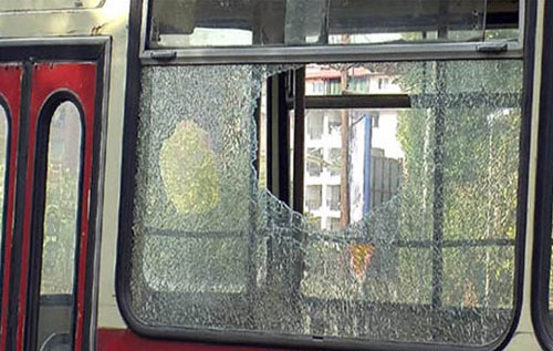 Возач на автобус заврши во болница: Му го пресекле патот со автомобили и го претепале