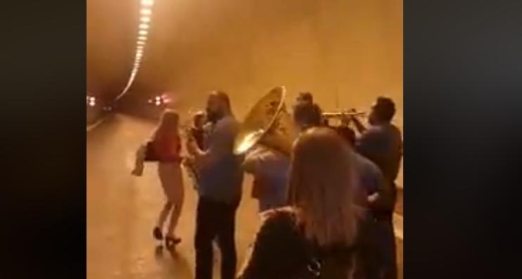 ВИДЕО: Си играше чочек на отворањето на автопатот Демир Капија- Смоквица, директорот на ЈП Државни патишта лепеше пари на трубачи