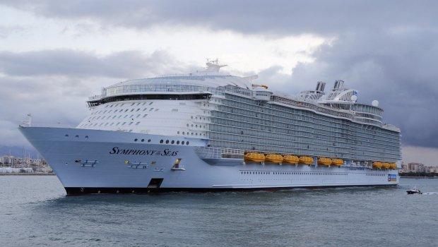 ПЛОВЕЧКА СИМФОНИЈА: Најголемиот крузер тргна на своето прво патување- погледнете каков луксуз крие внатре (ФОТО+ВИДЕО)