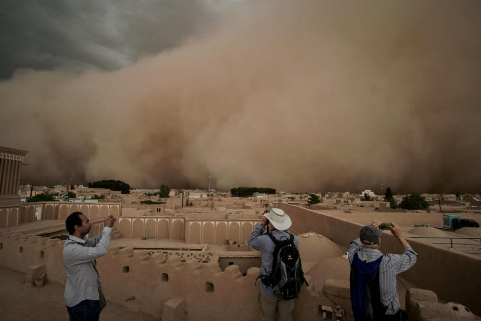 Како од апокалиптичен филм: Песочна бура го проголта целиот град за неколку секунди (ВИДЕО)