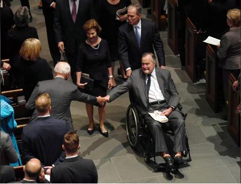 Поранешен американски претседател во болница само ден по погребот на неговата сопруга