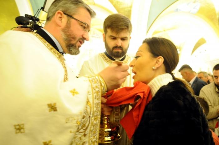 """ФОТО: Цеца се причести на полноќната литургија, а кога излезе од светиот храм, следуваше """"вистинска борба"""""""