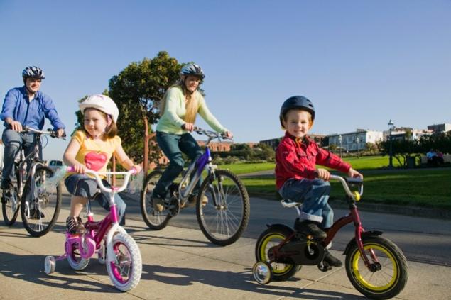 Казни за велосипедистите: 250 евра доколку дете помало од 10 години вози велосипед на сообраќајница