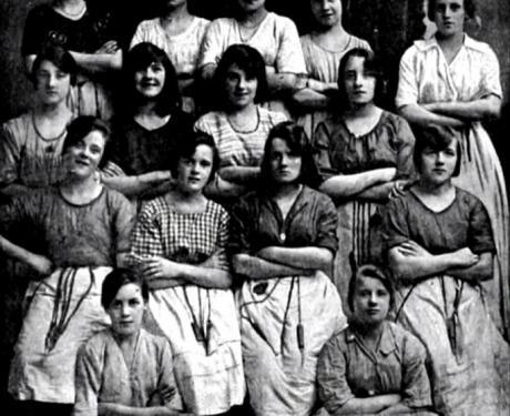 На фотографија стара 100 години виделе вознемирувачки детаљ- погледнете ја жената во вториот ред (ВИДЕО)