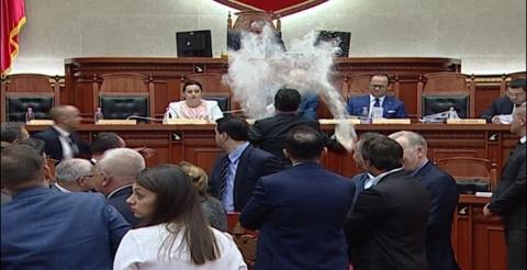 ВИДЕО: Хаос во парламентот на Албанија, пратениците со брашно и јајца удрија по Еди Рама