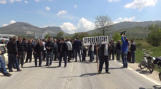 """Вработени во """"Еурокомпозит"""" го блокираа патот Прикеп – Градско"""