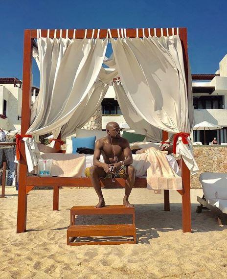 """Боксерската легенда знае да ужива: Мејведер на одмор на Бахамите, а кога ќе ги видите неговите три девојки ќе се """"онесвестите"""""""