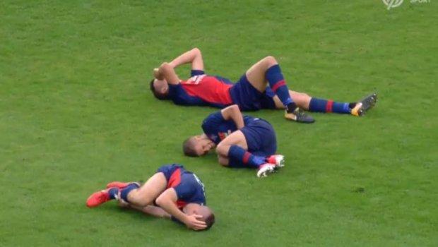 Како да ги удри гром: Фудбалерите легнаа на тревата еден до друг, а тогаш публиката остана во шок (ВИДЕО)