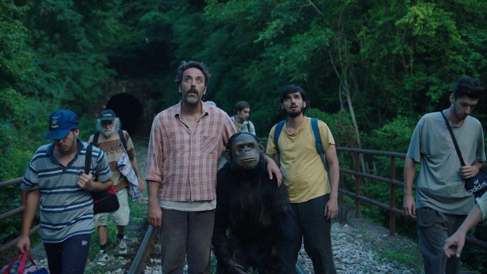 Силно пријателство на мајмунот Коко и чуварот: Погледнете го трејлерот за новата македонска комедија