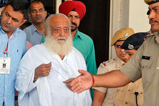 ФОТО: Овој стар индиски гуру силувал тинејџерка, казната го стигна по 5 години