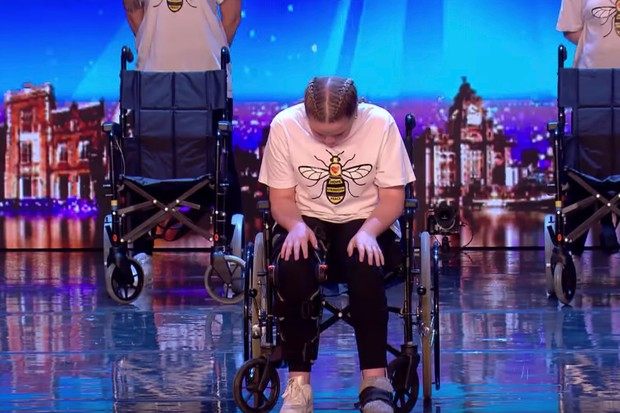 ВИДЕО: Малата Холи го преживеа нападот во Манчестер, една година подоцна излезе на сцена и ги расплака сите