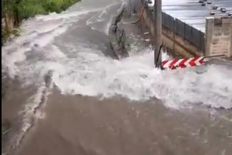 Опасно невреме во Италија: Погледнете како надојдена река дивее во ова гратче (ВИДЕО)