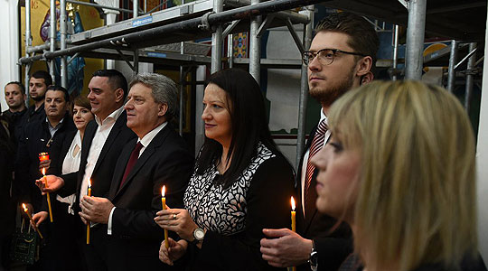 ФОТО: Иванов со семејството и градоначалникот Јанчев на полноќна велигденска литургија во Кавадарци