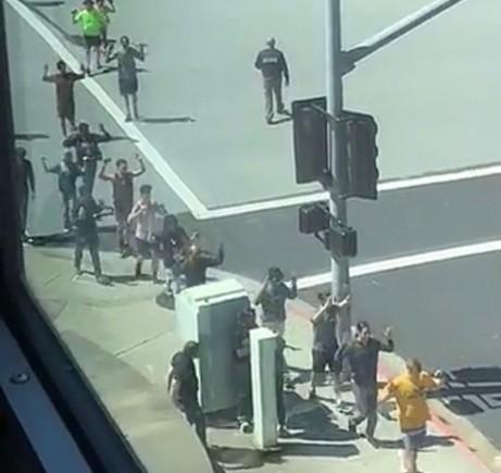 Пукотници пред седиштето на Јутјуб