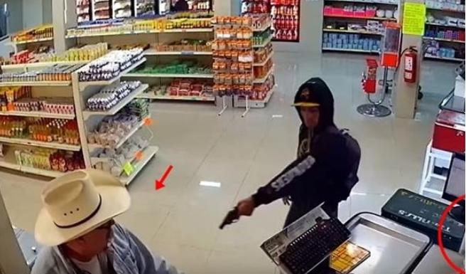 Крадец извади пиштол и почна да се заканува, по неколку секунди следуваше неговиот пекол (ВИДЕО)