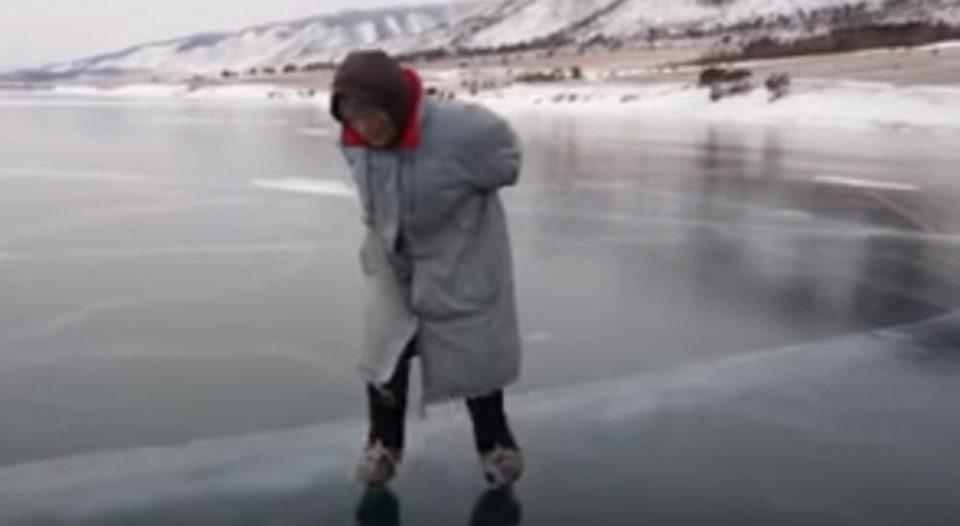 Супер бабичка од Сибир: Живее потполно сама, а со 76 години лизга подобро многу помлади (ВИДЕО)