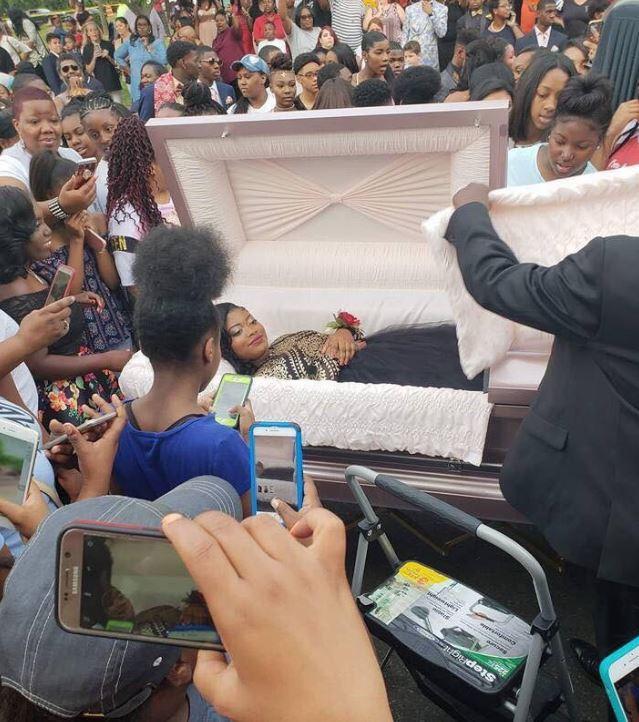 Стана од ковчегот, а присутните занемеа: Сите мислеа дека се одржува погреб, а наместо тоа се случувало спротивното (ФОТО+ВИДЕО)