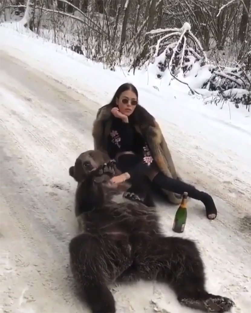 Богаташка од Лондон наиде на низа критики – Крзнена бунда и шише шампањ за да се фотографира со мечка (ФОТО)