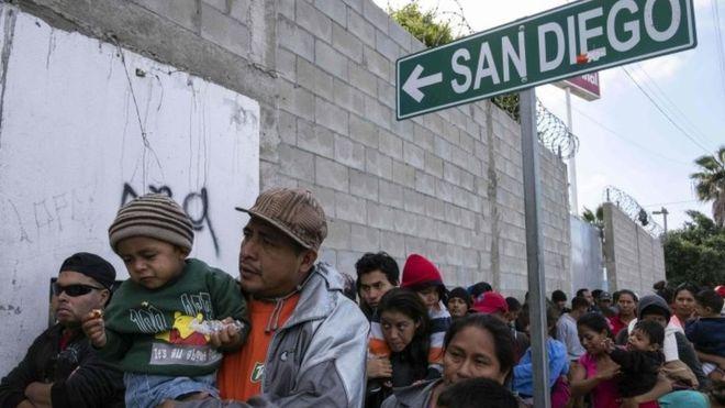 Десетици мигранти заглавени на американско-мексиканската граница