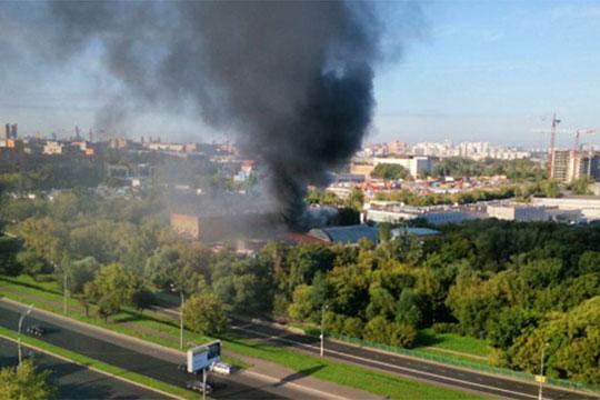 Едно лице загина при пожар во трговски центар во Москва