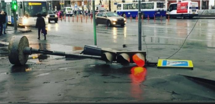 Хорор во Москва: Невреме уништи се пред себе, двајца загинати и 17 повредени (ВИДЕО)