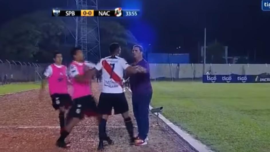 ДИВЈАЧКИ ГО НАПАДНА ТРЕНЕРОТ: Фудбалер не можеше да се помири што е изваден од игра, реагираа специјалците (ВИДЕО)