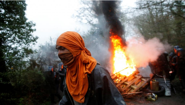 """Хаос во Франција: Демонстрантите го """"обесија"""" Макрон (ВИДЕО)"""